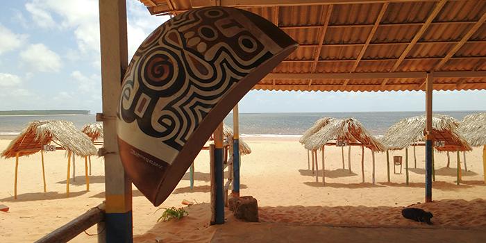 Orelhão Telefônico com pinturas Marajoaras, Praia do Pesqueiro, Ilha do Marajó, Pará 002 - Mundo Gekos Receptivo